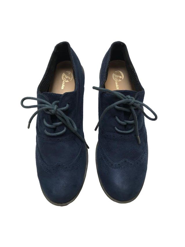 Zapatos Bata estilo Oxford de textil tipo piel de durazno y pasadores. Estado 9/10.  foto 2