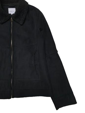 Casaca University Club tipo gamuza con interior de peluche, tiene cierre delantero y bolsillos laterales. Busto 100cm Largo 58cm. Tiene ligeros signos de uso foto 3