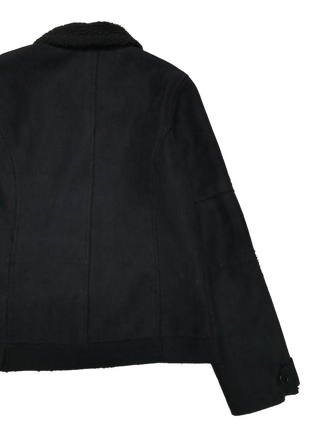 Casaca University Club tipo gamuza con interior de peluche, tiene cierre delantero y bolsillos laterales. Busto 100cm Largo 58cm. Tiene ligeros signos de uso foto 2