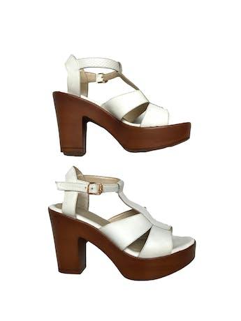 Sandalias blancas con textura, correa al tobillo. Taco 9cm Plataforma 3cm. Estado 9/10 foto 1