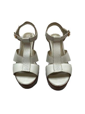 Sandalias blancas con textura, correa al tobillo. Taco 9cm Plataforma 3cm. Estado 9/10 foto 2