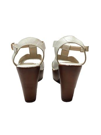 Sandalias blancas con textura, correa al tobillo. Taco 9cm Plataforma 3cm. Estado 9/10 foto 3