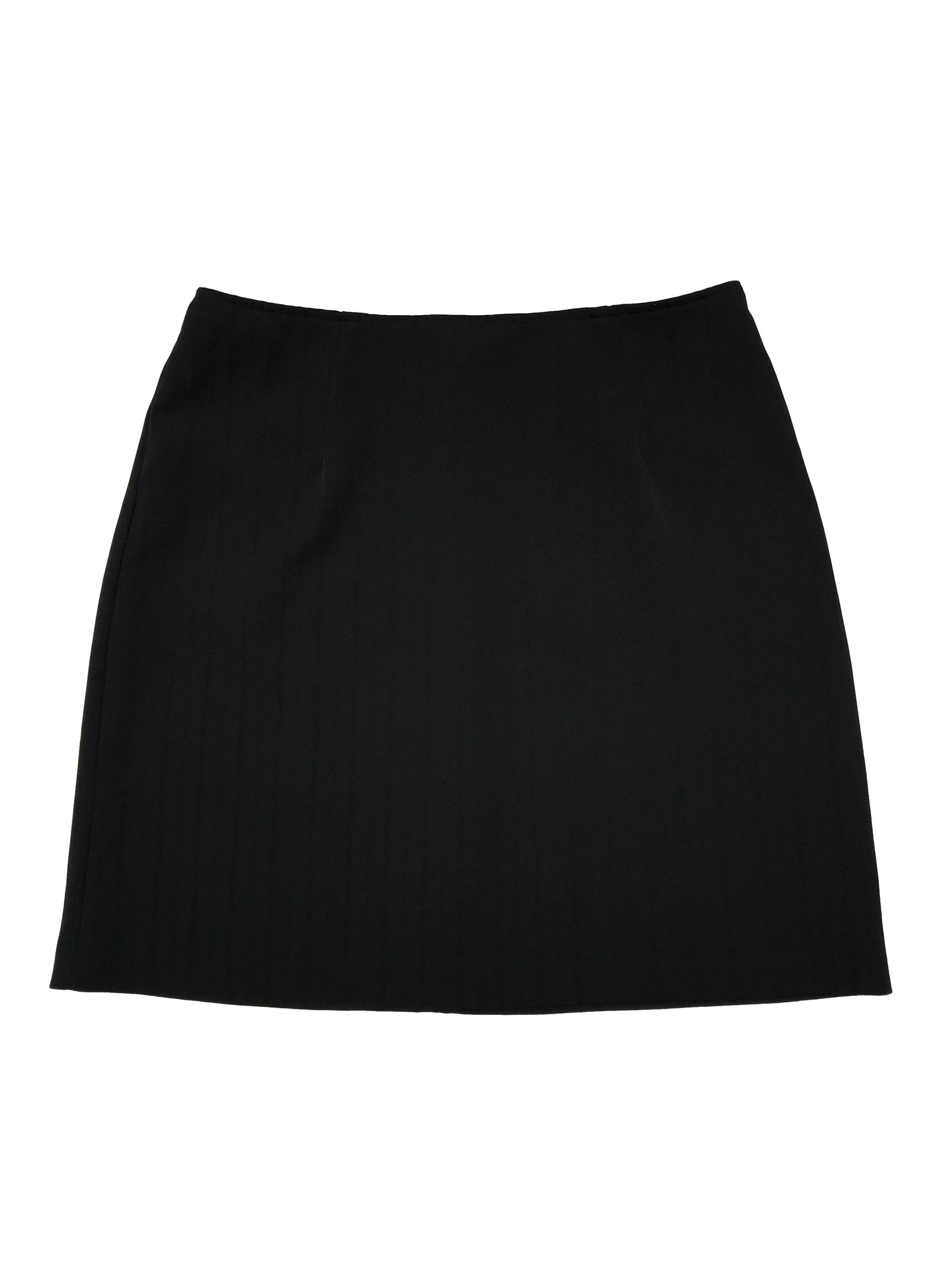 Falda negra con líneas al tono y cierre posterior. Cintura 78cm Largo 46cm. Tiene top conjunto