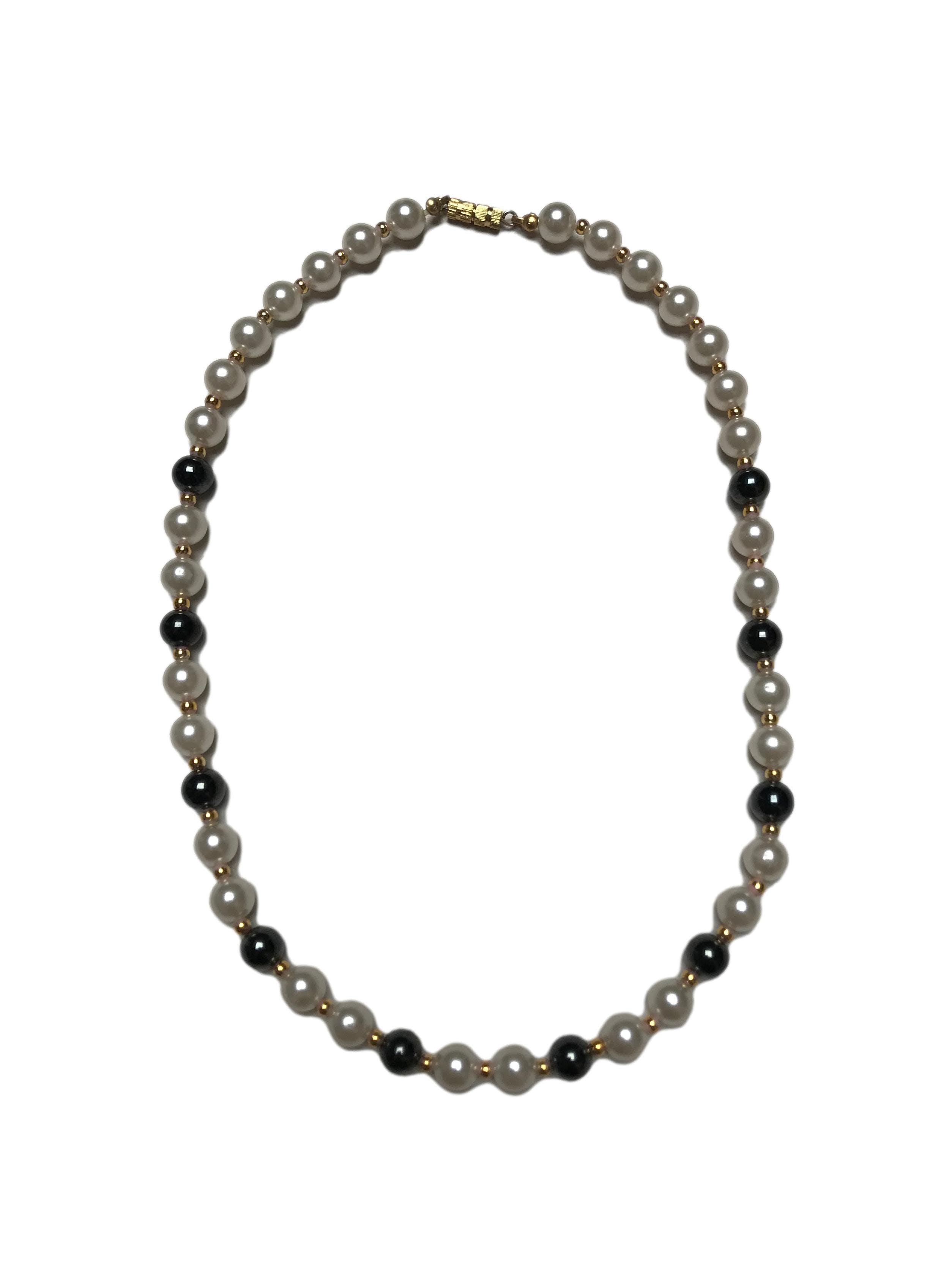 Collar de perlas y mostacillas doradas. Largo 50cm