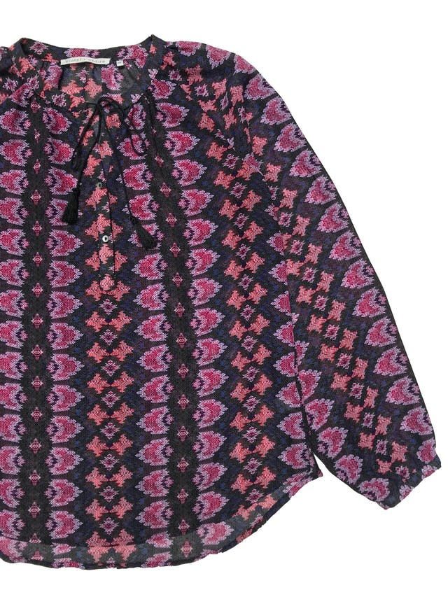 Blusa Violet + Claire de gasa, botones en el pecho, pasador con borla en el cuello, manga larga con botón en el puño. Busto 100cm Largo 62cm. Precio original S/ 149 foto 2