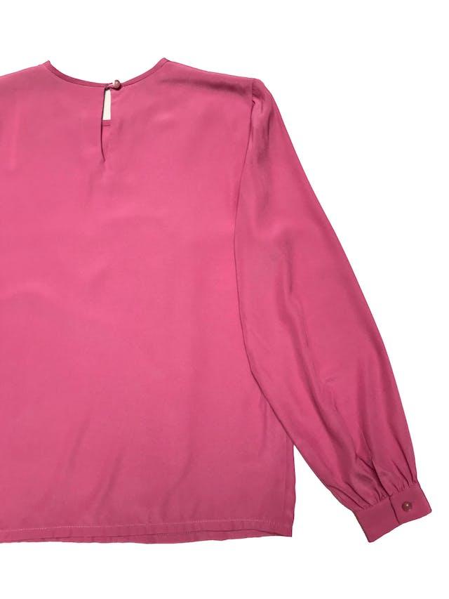 Blusa vintage de tela plana fluida, botón posterior en el cuelo, manga larga con botón y pliegues en los puños. Busto 110cm Largo 62cm foto 2
