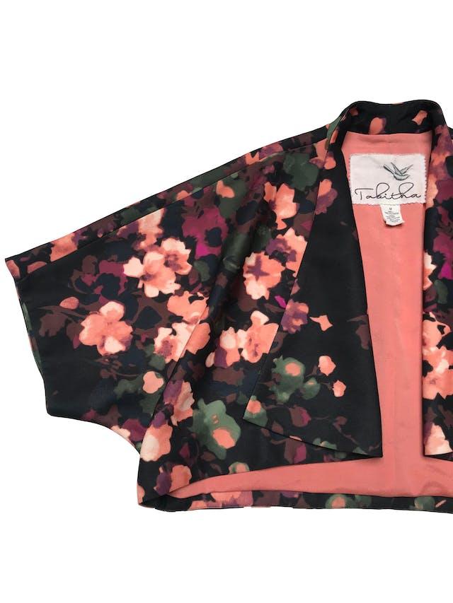 Blazer corto Tabitha estampado de flores, tiene forro, manga murciélago y tiene solapas. Largo 43cm. Precio original S/ 350 foto 2