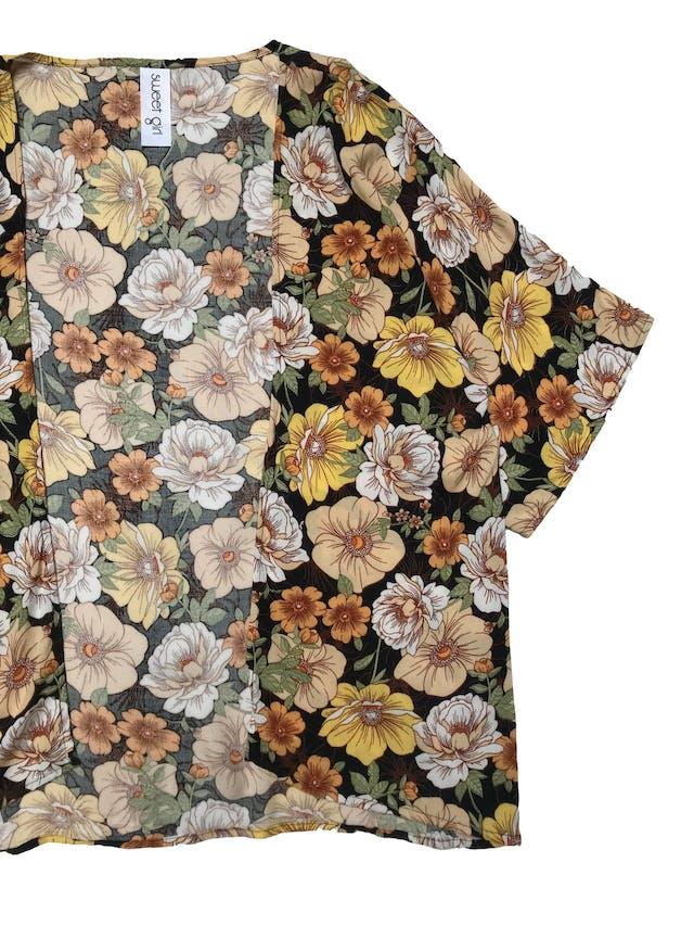 Capa tipo chalis manga corta con estampado de flores. Largo 62cm foto 2