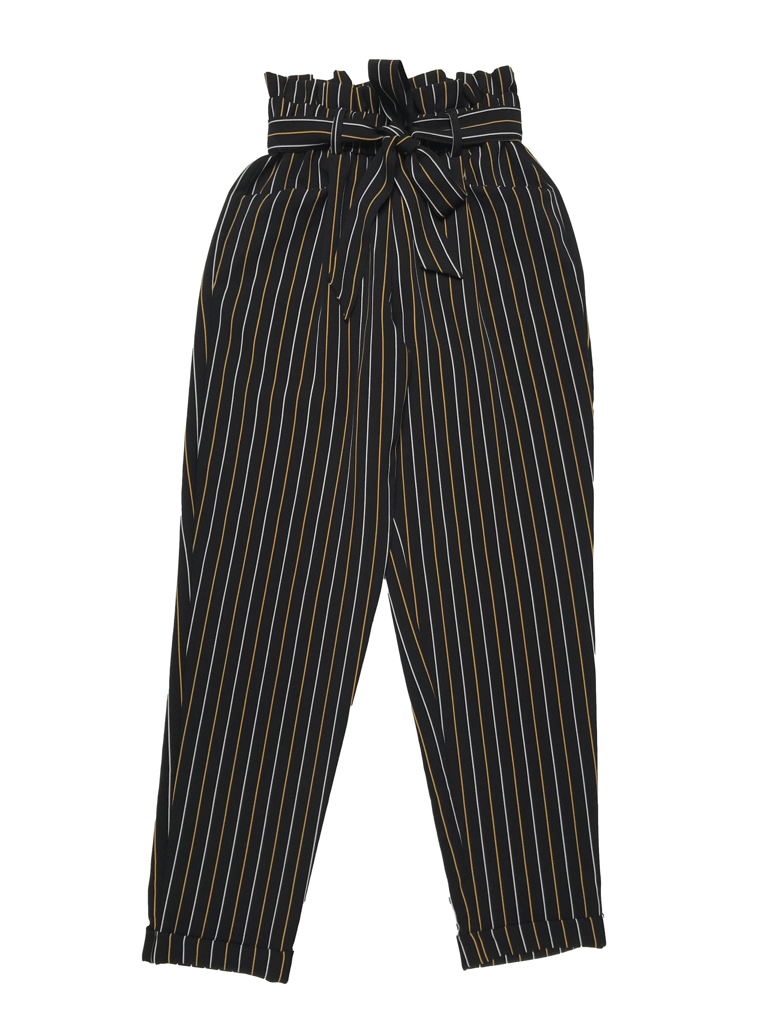 Pantalón paper bag Moda&cia negro con líneas blancas y amarillas, pretina elástica con cinto para amarrar, bolsillos laterales y dobladillo en la basta. Cintura 60cm sin estirar Largo 95cm