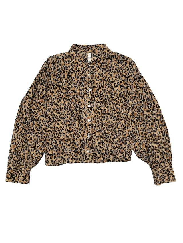 Blusa corta Zara animal print con pinzas en la cintura, botones nacarados en delantero y puños. Busto 94cm Largo 45cm  foto 1