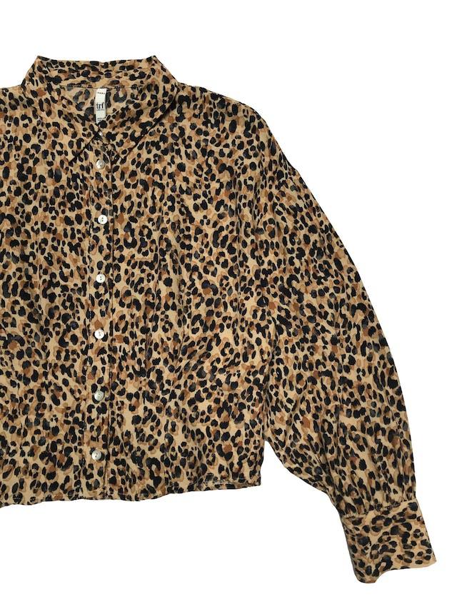 Blusa corta Zara animal print con pinzas en la cintura, botones nacarados en delantero y puños. Busto 94cm Largo 45cm  foto 2