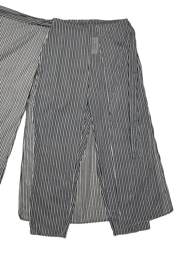 Falda pantalón a rayas blanco y negro, delantero cruzado que se amarra al lado, pretina con elástico posterior. Cintura 66cm sin estirar Largo 92cm foto 2
