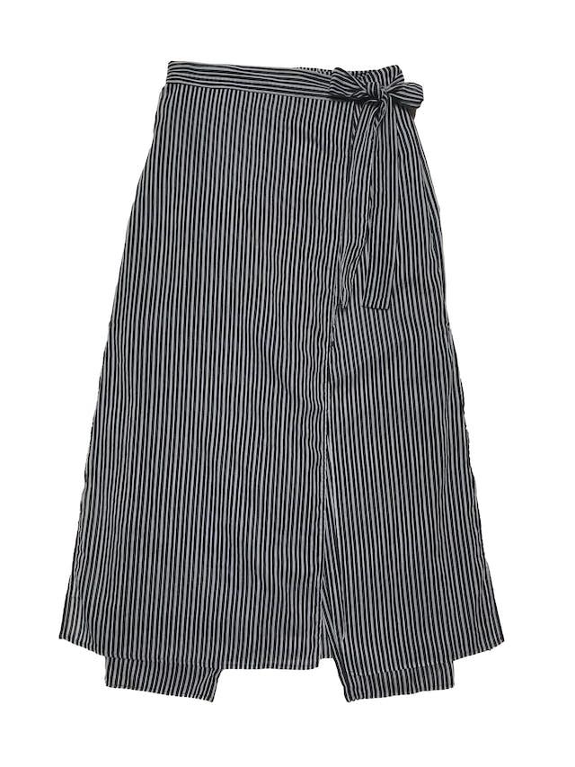 Falda pantalón a rayas blanco y negro, delantero cruzado que se amarra al lado, pretina con elástico posterior. Cintura 66cm sin estirar Largo 92cm foto 1