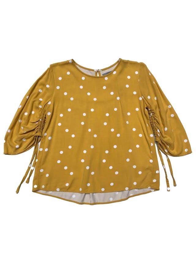 Blusa Basement amarilla con dots blancos, manga 3/4 con recogido, botón posterior en el cuello. Busto 94cm Largo 55cm foto 1