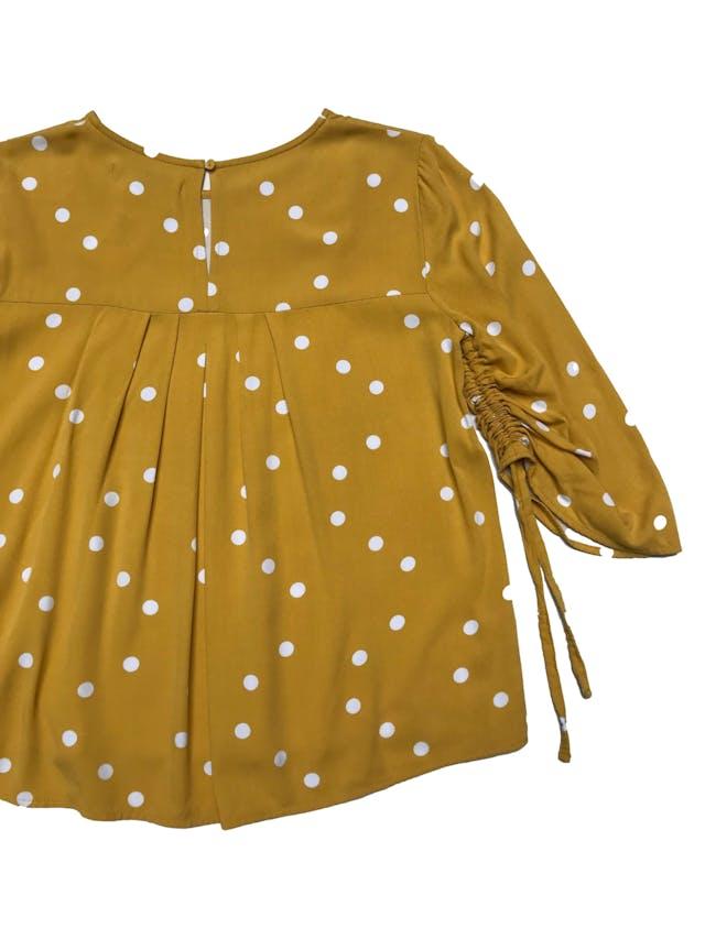 Blusa Basement amarilla con dots blancos, manga 3/4 con recogido, botón posterior en el cuello. Busto 94cm Largo 55cm foto 2