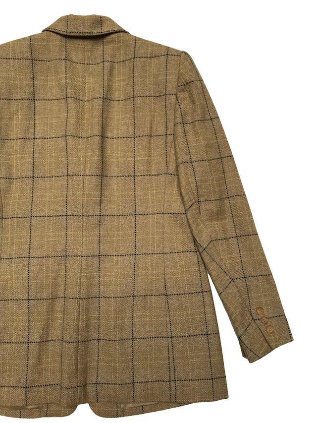 Blazer Chaus 100% lana beige, forrado, con solapas y dos botones delanteros. Busto100cm Largo 68cm foto 2