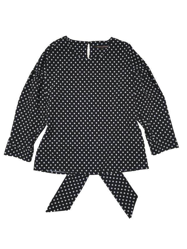 Blusa Mentha&chocolate negra con lunares blancos, botón posterior en el cuello, cinto para amarrar atrás, mangas 3/4 con volumen. Busto 100cm Largo 55cm.  foto 1