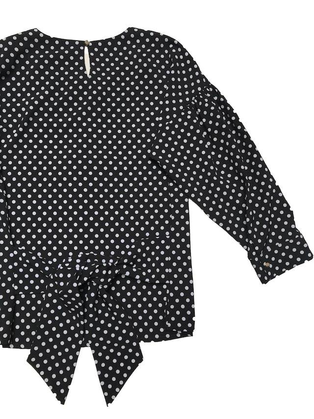 Blusa Mentha&chocolate negra con lunares blancos, botón posterior en el cuello, cinto para amarrar atrás, mangas 3/4 con volumen. Busto 100cm Largo 55cm.  foto 2