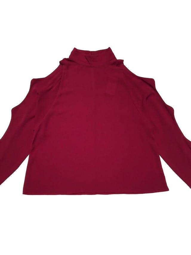 Blusa DO+BE de crepé guinda, cuello alto con botones posteriores, manga larga con aberturas, Ancho 102cm Largo 55cm foto 1