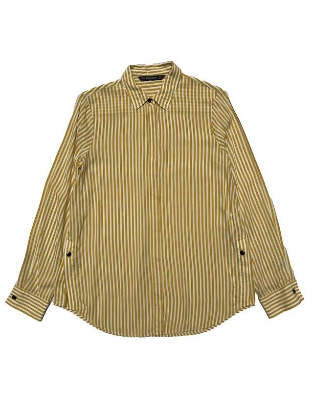 Blusa Zara a rayas blancas y amarillas, botones metálicos en delantero, puños y aberturas laterales, tela viscosa fresca. Busto 96cm Largo 57-66cm foto 1