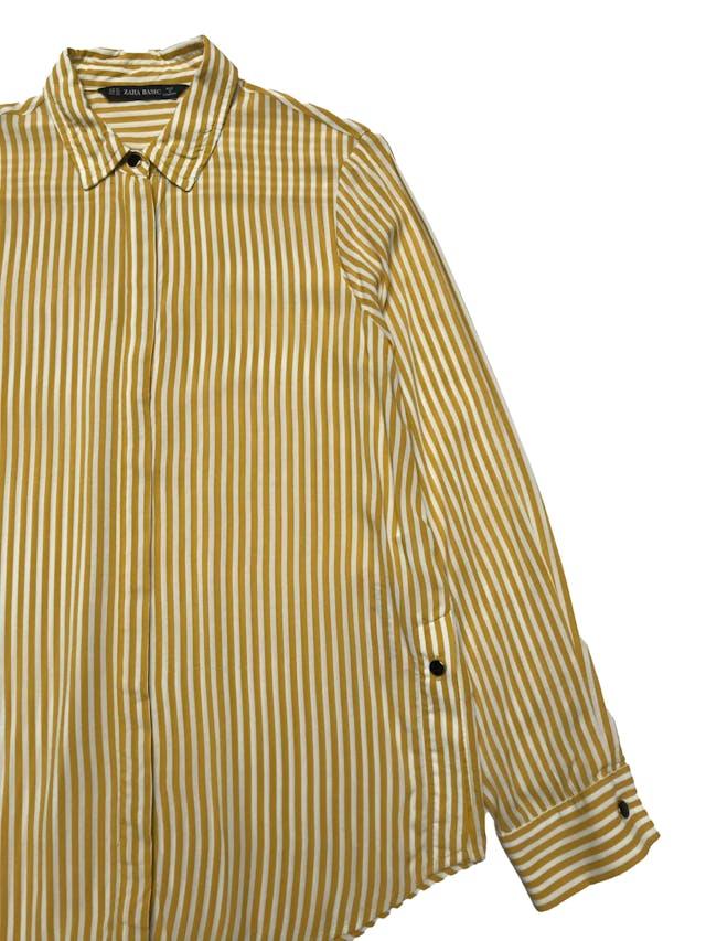 Blusa Zara a rayas blancas y amarillas, botones metálicos en delantero, puños y aberturas laterales, tela viscosa fresca. Busto 96cm Largo 57-66cm foto 2