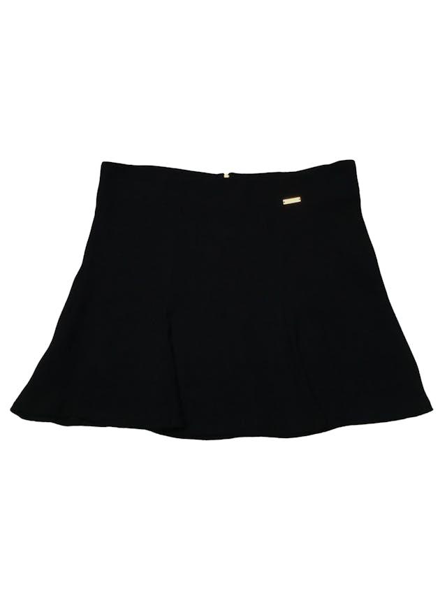 Falda Essentiel negra de tela plana texturada con linda caída, tiene vuelo y cierre posterior. Cintura 84cm Largo 40cm foto 1