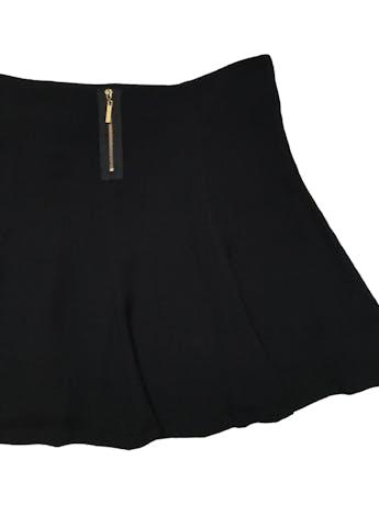 Falda Essentiel negra de tela plana texturada con linda caída, tiene vuelo y cierre posterior. Cintura 84cm Largo 40cm foto 2