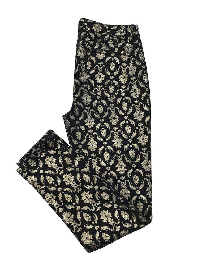 Pantalón Tinseltown de drill stretch negro con estampado dorado, corte skinny, tiro medio, bolsillos falsos laterales y reales posteriores. Cintura 82cm sin estirar Largo 98cm. Estado 9/10. Precio original S/ 219 foto 2