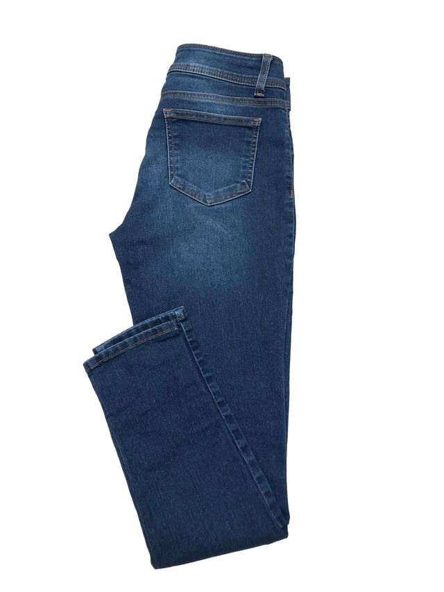 Jean Leonisa 82% algodón stretch, mode lo skinny de tiro medio. Cintura 72cm Largo 95cm. Precio original S/ 139 foto 2