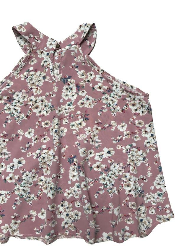 Blusa palo rosa con print de flores, tela plana fluida, tiene botón posterior en el cuello y cuerpo suelto. Largo 50cm foto 2