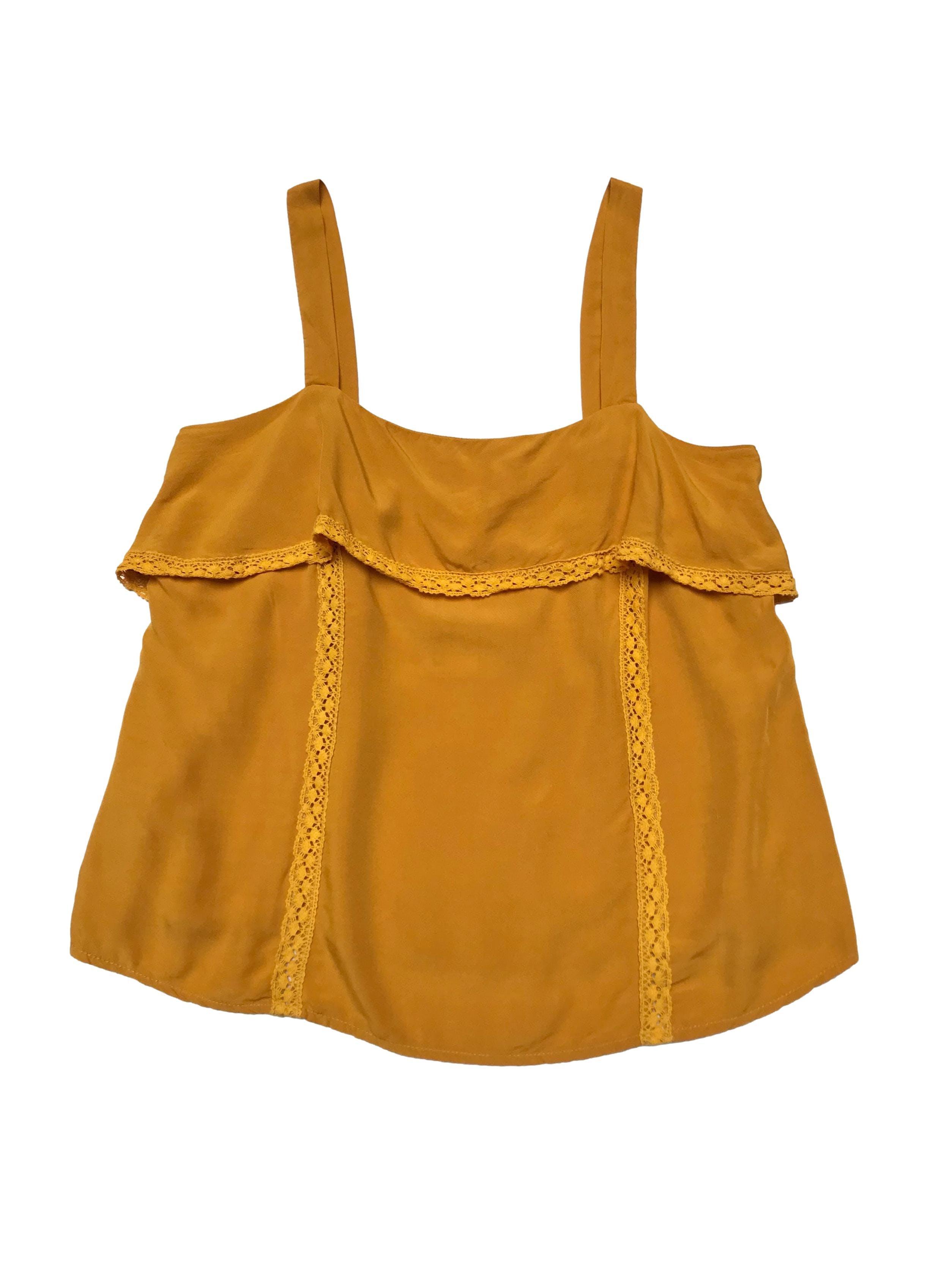 Blusa Leonisa de tela tipo chalis, de tirantes, con volante y elástico en la espalda para adaptar al cuerpo, tiene aplicaciones de guipur. Largo desde sisa 38cm