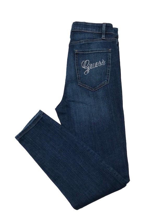Skinny jean Guess corte cintura alta, stretch, con aplicacionesde strass en bolsillo trasero. Cintura 76cm sin estirar Largo 100cm. Precio original S/ 449 foto 2
