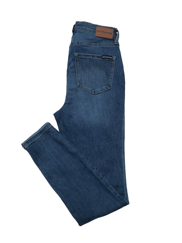 Skinny jean Calvin Klein Jeans a la cintura, stretch. Cintura 70cm Largo 95cm. Precio original S/ 379 foto 2
