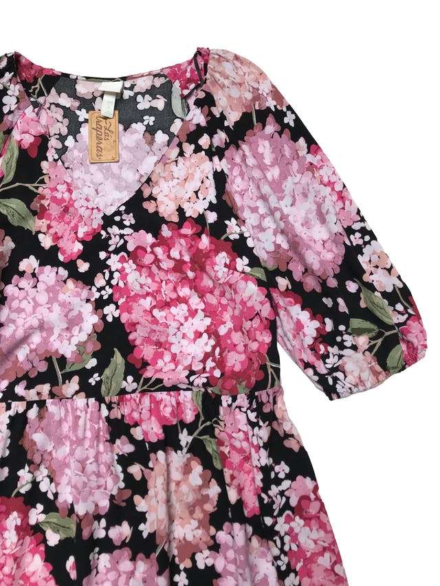 Vestido H&M de tela tipo chalis negro con print floreado, mangas con volumen y elástico, falda suelta . Busto 110cm Largo 125cm foto 2