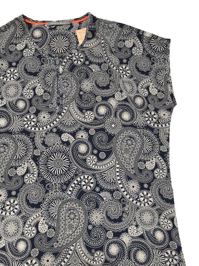 Vestido Michelle Belau de tela plana azul con estampado crema, tiene botón metálico en el cuello. Busto 106cm Largo 85-90cm foto 2