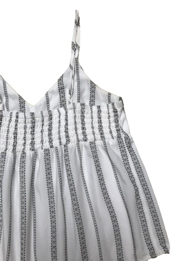 Blusa American Eagle de tela fresca tipo algodón con estampado e hilos negros, pana de abeja en la espalda y tiritas regulables. Largo desde sisa 32cm foto 2