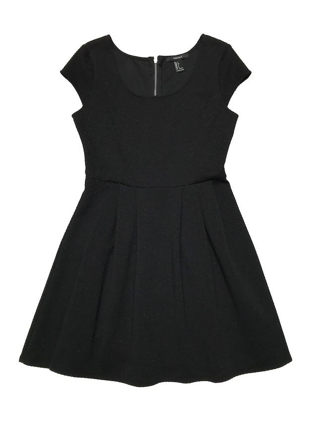 Vestido Forever21 de tela gruesa con textura, falda con pliegues y cierre en la espalda. Busto 90cm Largo 82cm foto 1