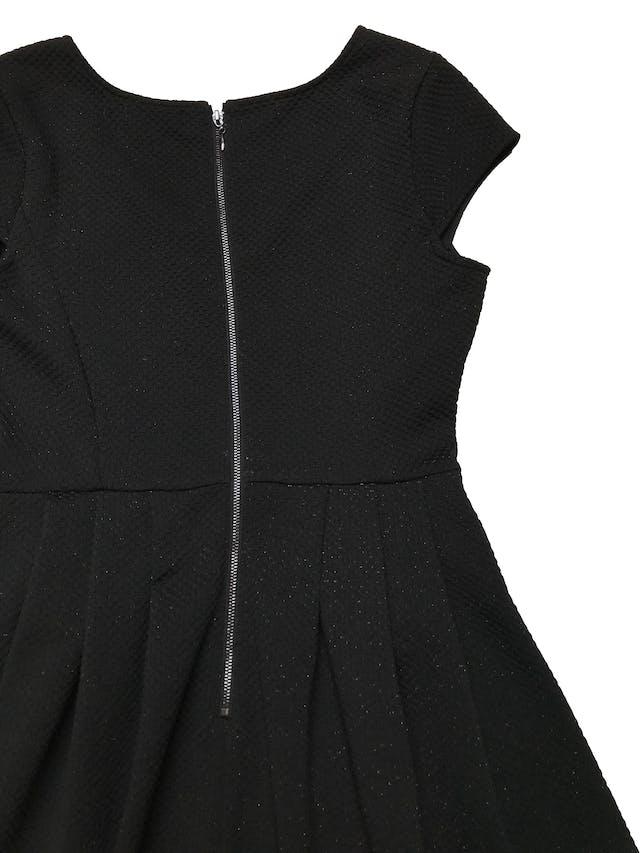 Vestido Forever21 de tela gruesa con textura, falda con pliegues y cierre en la espalda. Busto 90cm Largo 82cm foto 2