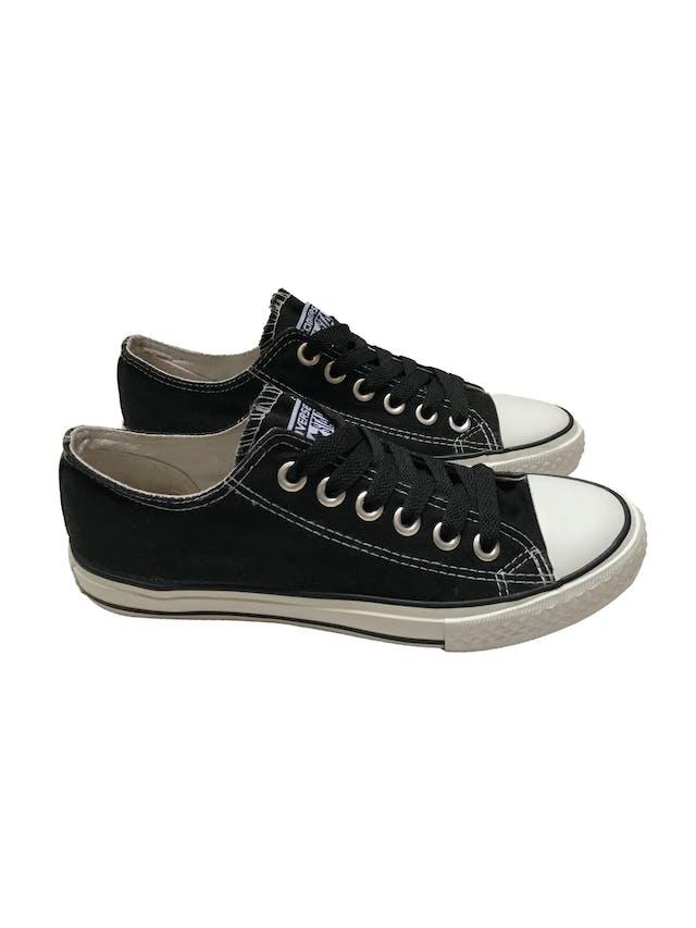 Zapatillas Converse negras con pasadores negros. Estado 8/10. Precio original S/ 189 foto 1