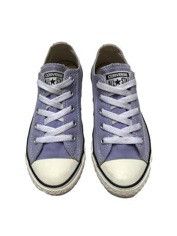 Zapatillas Converse lilas con pasadores blancos. Estado 8.5/10. Precio original S/ 189  foto 2