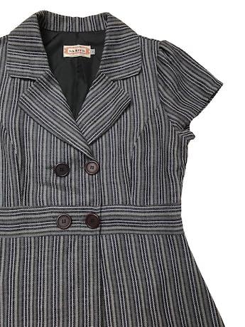 Abrigo tipo lanilla en tonos grises, modelo cruzado con botones a la cintura, forro en la espalda, y corte en A. Busto 95cm Cintura 82cm Largo 95cm foto 2
