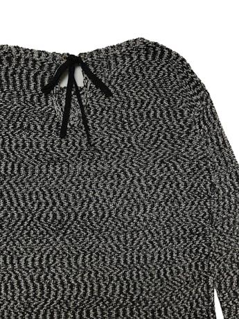 Chompa Sfera jaspeada en crema y negro, con lacito posterior en el cuello, basta asimétrica más larga atrás. Ancho 110cm Largo 60-70cm foto 2