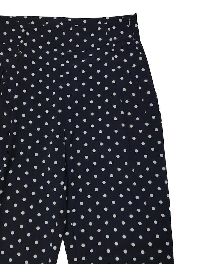 Pantalón Moixx a la cintura, azul con lunares blancos, con bolsillos laterales y cierre al lado, tela plana delgada. Cintura 70cm Largo 100cm. Precio original s/ 149 foto 2