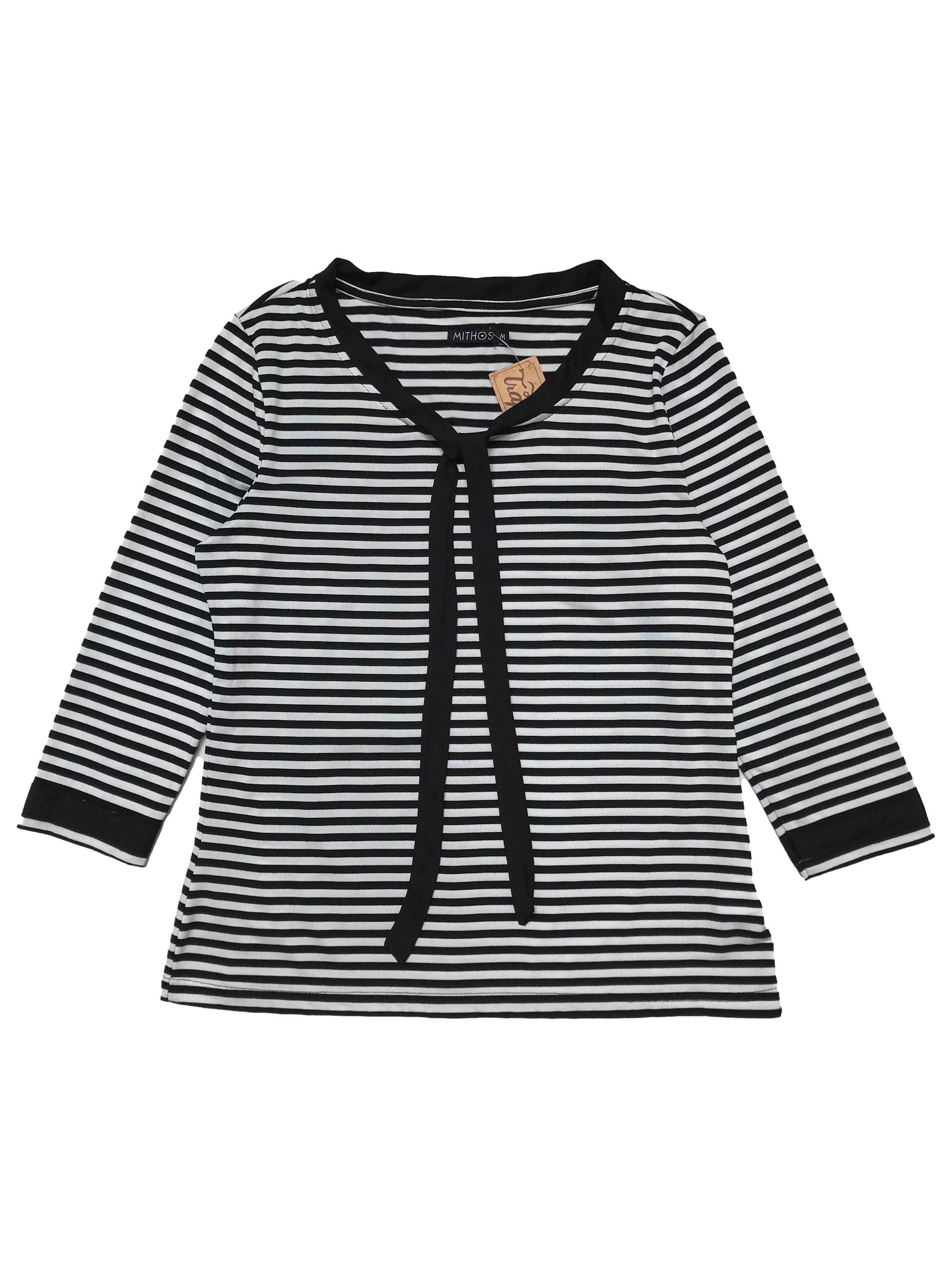 Polo a rayas blancas y negras, manga 3/4, con ribetes y lazo de gasa, tela de viscosa stretch. Bustp 96cm Largo 55cm