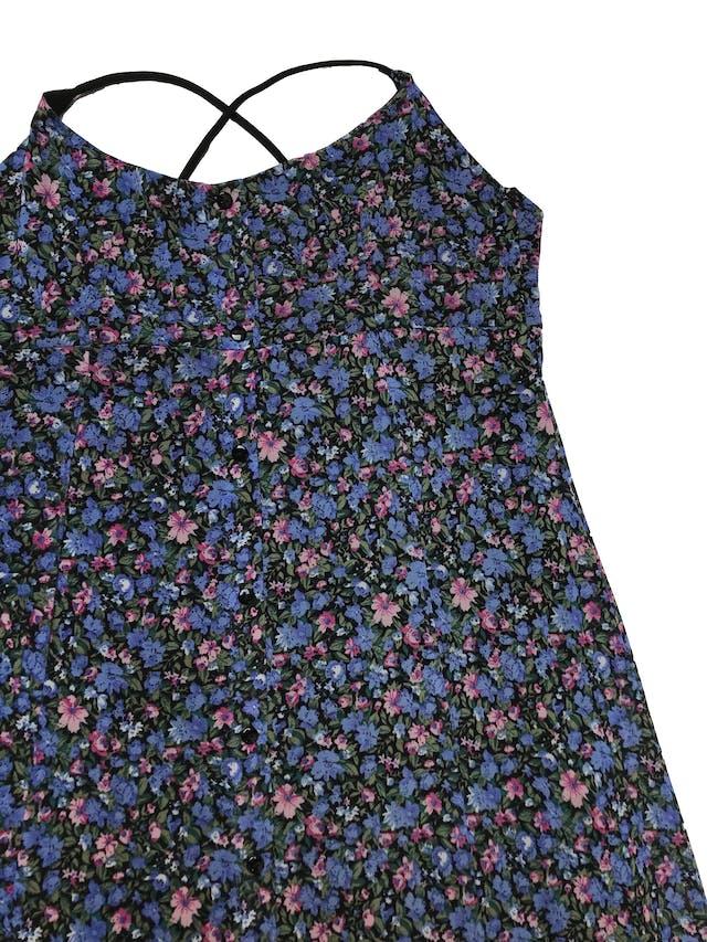 Vestido midi Opoosite de mesh negro con florcitas moradas y azules, botones delanteros, tiritas cruzadas elásticas y tiene forro mini. Largo desde sisa 105cm  foto 2