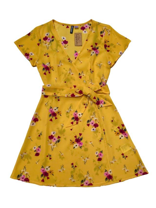 Vestido H&M de crepé amarillo con estampado de flores, modelo cruzado con cinto para amarrar y falda en A. Busto 92cm Largo 85cm foto 1
