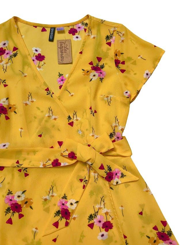 Vestido H&M de crepé amarillo con estampado de flores, modelo cruzado con cinto para amarrar y falda en A. Busto 92cm Largo 85cm foto 2