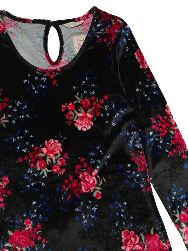 Vestido negro de plush negro con flores, corte en A, es stretch. Busto 84cm sin estirar. Largo 82cm foto 2