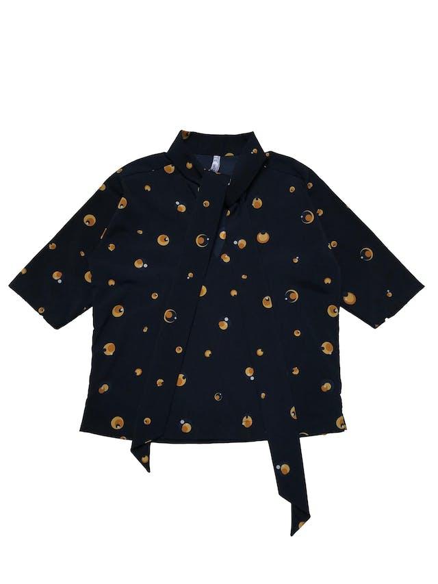Blusa Mango de tela plana azul con print de círculos amarillos, manga 3/4, cuello lazo con escote en V. Busto 95cm Largo 48cm foto 1