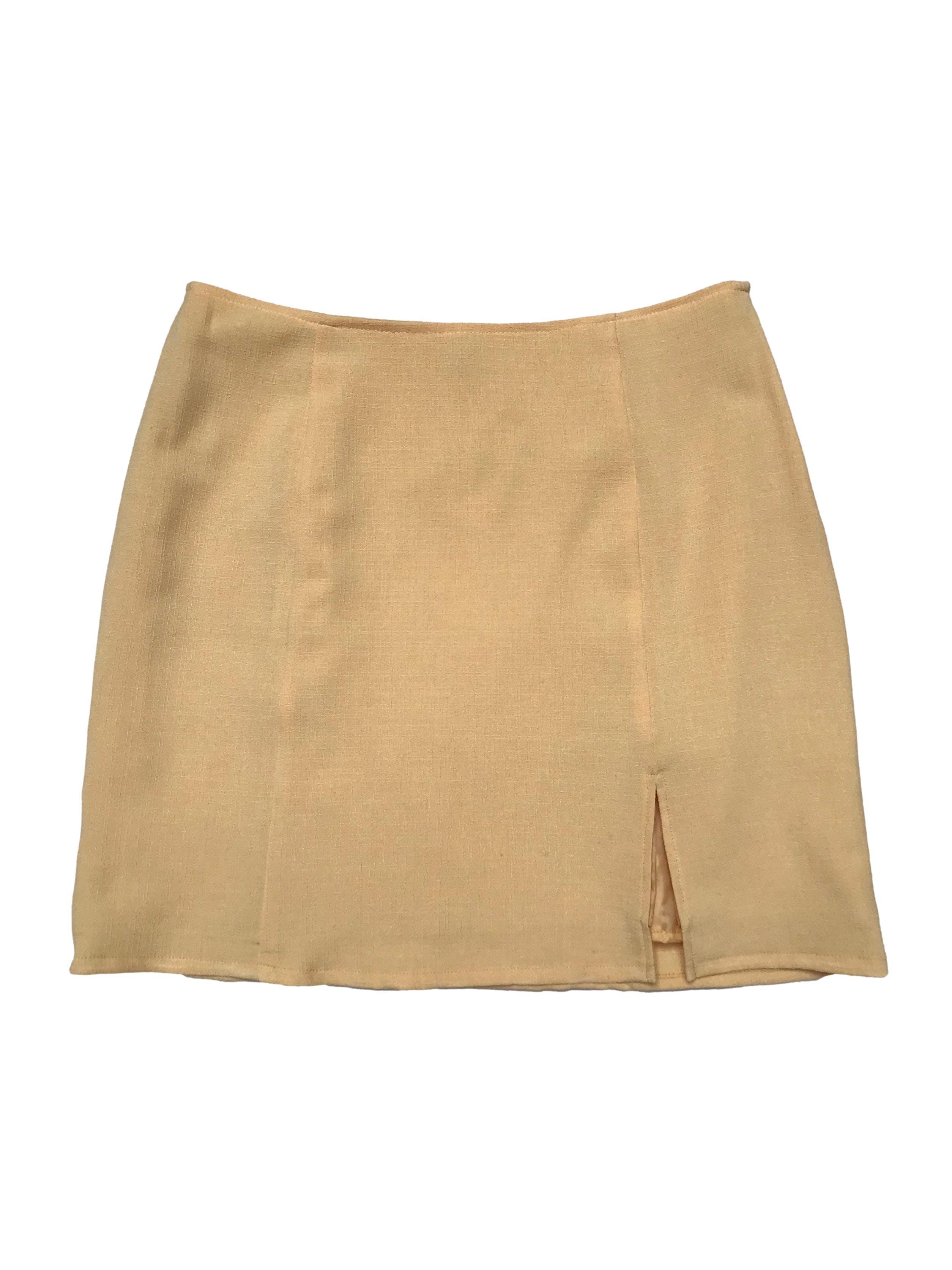 Falda amarilla con abertura en la pierna, es forrada y tiene cierre lateral. Cintura 78cm Largo 44cm